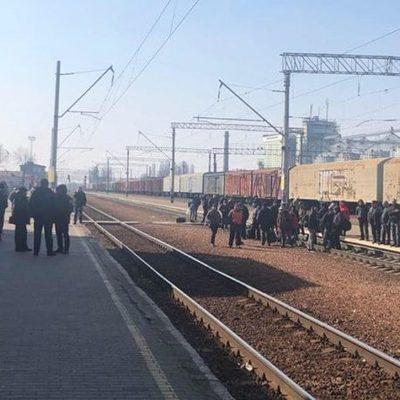 Под Киевом на ж/д путях митинговали за запуск электричек