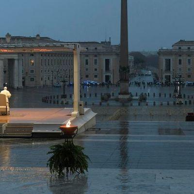 Папа Римский помолился на пустой площади Ватикана о прекращении пандемии коронавируса