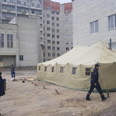На территориях больниц появились палатки для сортировки больных COVID-19