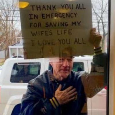Мужчина трогательно поблагодарил медиков, которые спасли его жену от коронавируса: фото