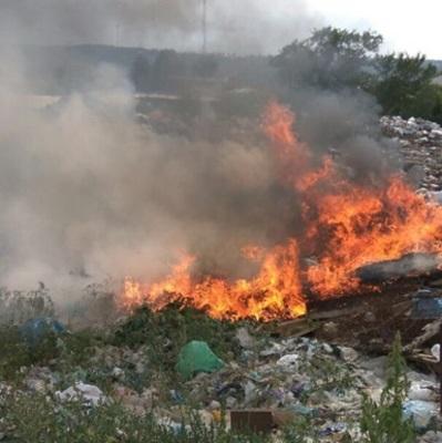 На Троещине загорелась мусорная свалка, слышны взрывы
