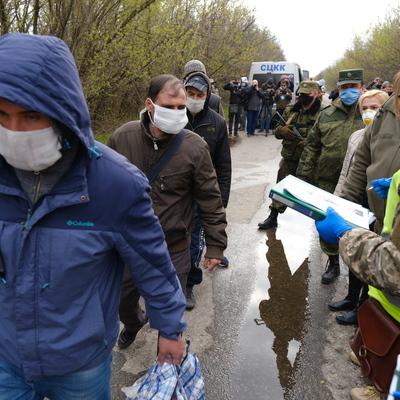 Уже на свободе! Появилось сильное фото освобожденных из плена боевиков ДНР украинцев