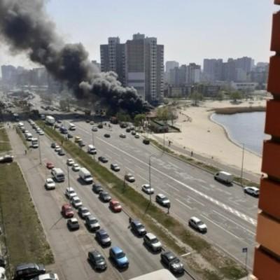 В Киеве возле озера Солнечное горит ресторан: валит столб черного дыма