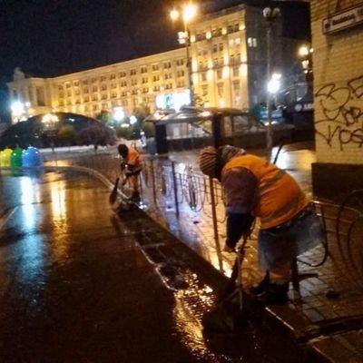 Коммунальщики всю ночь спасали Киев от подтопления