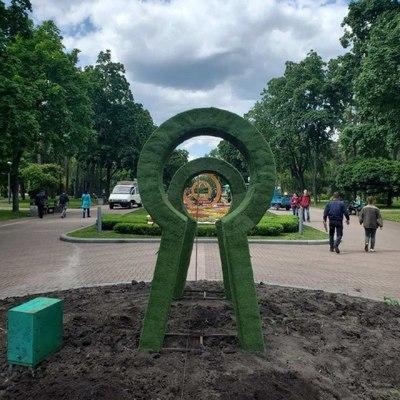 В одном из парков Киева появились гигантские часы, заячья нора и пенек желаний