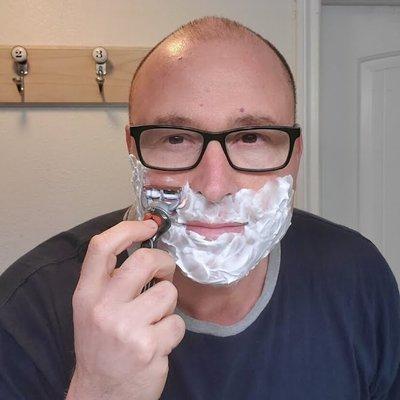 Американец запустил ютьюб-канал для тех, кто растет без отца: учит бриться, менять шины и завязывать галстук. Сам он тоже рос без отца