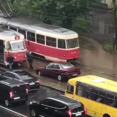 На Подоле в Киеве за день в одну и ту же дорожную «ловушку» попали два авто (ВИДЕО)