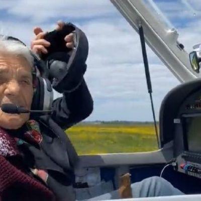 На Закарпатье 90-летняя звезда Instagram пересела с кабриолета в самолет - держи штурвал, бабуля