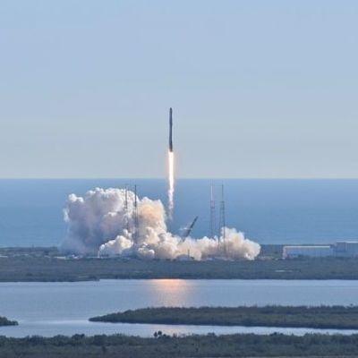 SpaceX впервые запустила в космос ракету с людьми