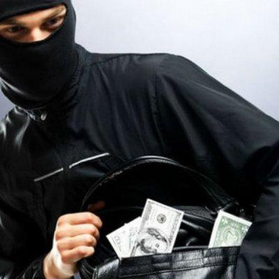В Киеве произошло дерзкое ограбление: бандиты в масках и с молотками отобрали почти миллион гривен