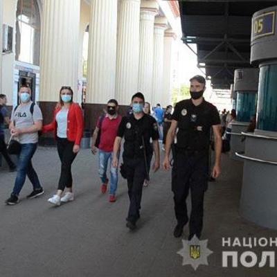Полиция усилила контроль за карантином в киевских электричках и на вокзалах