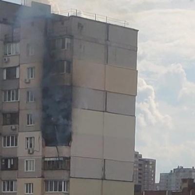 На Позняках горит многоэтажка — рядом с домом, где недавно произошел взрыв