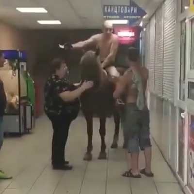 На Виноградаре мужчина в трусах заехал в супермаркет на коне