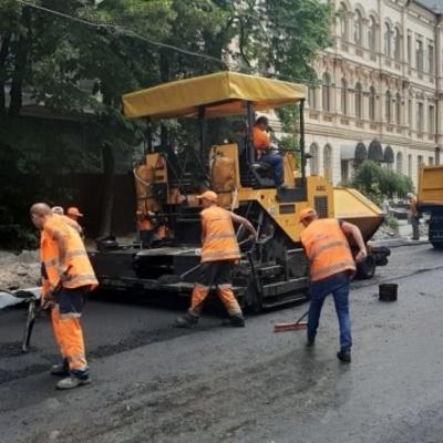 Асфальт и бордюры: 33 столичным улицам провели
