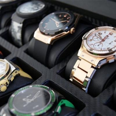 В столичной мэрии накупили именных часов почти на 3,7 млн грн