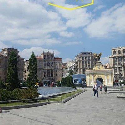 С домов на Майдане убрали почти всю гигантскую рекламу