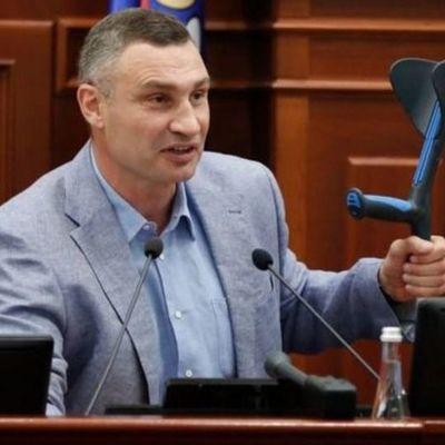 «Спортивная травма о себе напомнила»: Кличко на костылях пришел на заседание Киевсовета