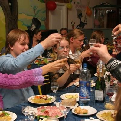 Медики рассказали, как не пьянеть во время застолья