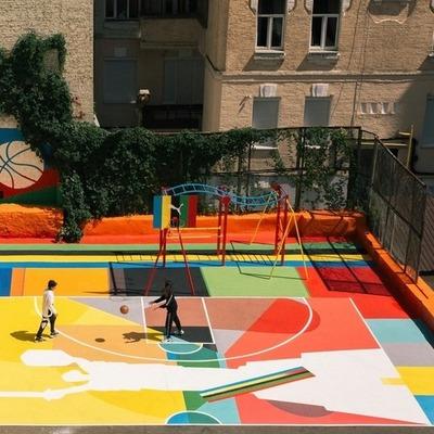 В центре Киева появилась яркая баскетбольная площадка