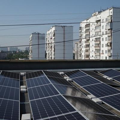 На многоэтажке на Троещине установили самую большую в Украине крышную солнечную электростанцию