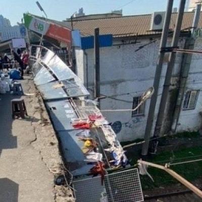 Вблизи Центрального железнодорожного вокзала на пути упало ограждение
