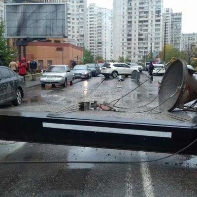 В Киеве упал строительный кран, движение на участке перекрыто