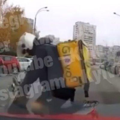 В Киеве курьеры службы доставки выехали на встречку и избили водителя -