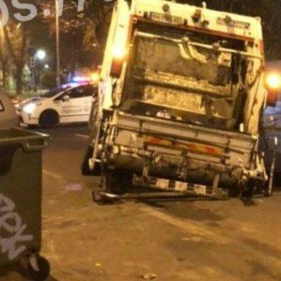 В Киеве мусоровоз застрял в асфальте посреди дороги -