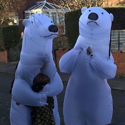 Пожилая пара из Англии нарядилась белыми медведями, чтобы обнять внуков на Рождество