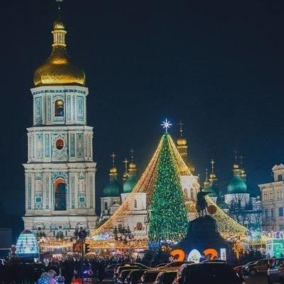 На Софийской площади начали демонтаж новогодней елки