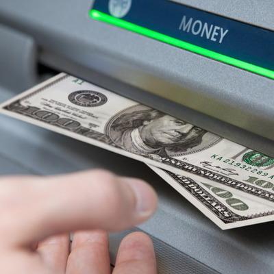 Нацбанк разрешил обменивать наличные доллары через терминалы и банкоматы