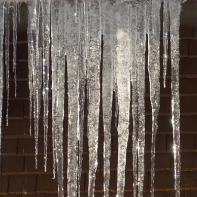 На многоэтажке в Киеве образовалась 10-метровая сосулька - соцсети (фото)