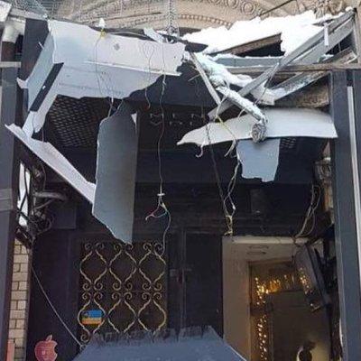 В центре Киева сосулька повредила магазин