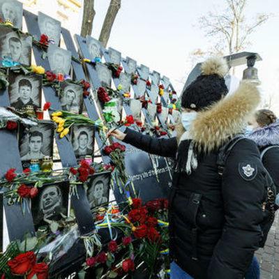 В Киеве зажгли Лучи достоинства в честь погибших героев Небесной сотни